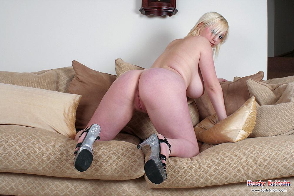 фото толстушку блонди на диване
